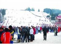 Numeroși iubitori ai sporturilor de iarnă și turiști la Vatra Dornei