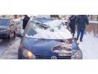 Trei autoturisme au fost distruse de zăpada căzută de pe acoperișul unui bloc