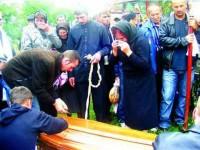 Tinerii morți în Cehia acum aproape două săptămâni au fost înmormântați creștinește