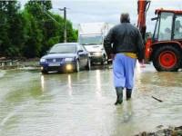 Furtuna a izolat 50 de case din orașul Frasin