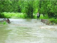 Zeci de gospodării inundate și ieri
