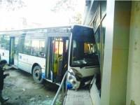 Un autobuz plin cu oameni s-a înfipt într-o farmacie